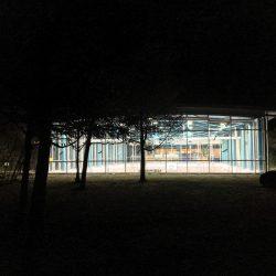 Sporthalle bei Nacht