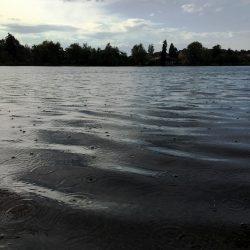 Regentropfen auf dem Weßlinger See
